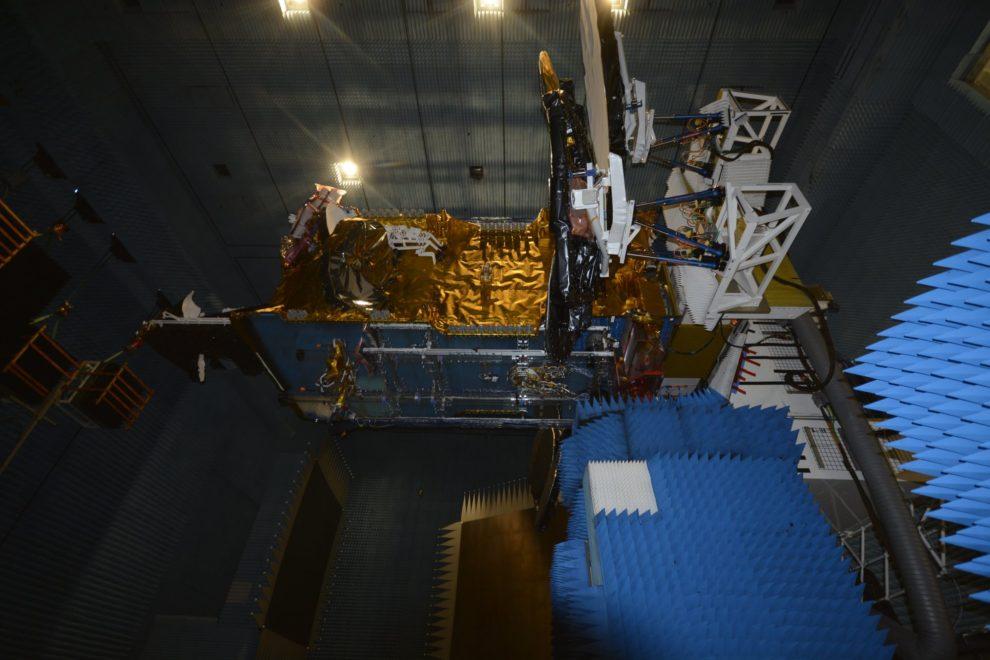 El SES-12 en la cámara anecoica de Airbus en Toulouse donde se están llevando a cabo las últimas pruebas antes de enviarlo a Estados Unidos para su lanzamiento.
