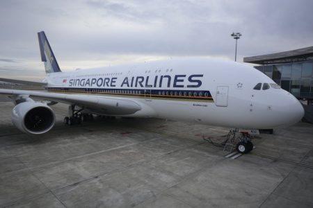 EL A380 9V-SKU de SIngapore Airlines en el centro de entregas de Airbus en Toulouse. Una forma de saber si estamos ante un avión con los nuevos asientos es fijarnos en la disposición de las ventanillas delanteras de la cubierta superior.