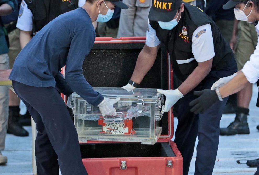 Transporte del registrador de datos de vuelo (FDR) del Boeing 737 de Sriwijaya Air tras su recuperación.