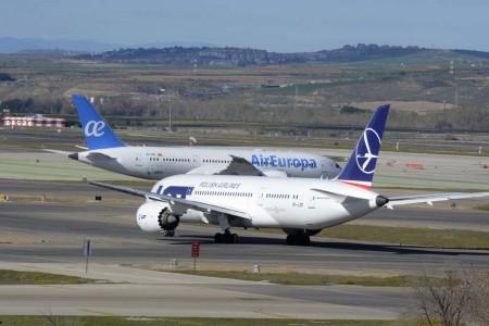 El nuevo B-787 de Air Europa llega a cabecera mientras el B-787 de LOT que ha operado durante un año para Air Europa, rueda para despegar de regreso a Varsovia.