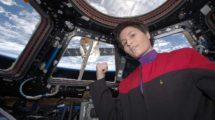 Cristoforetti en la ISS con un uniforme de la serie Star Trek Espacipo Profundo 9 durante la aproximación de un cápsula Dragon.