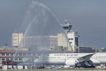 Barajas recibió al nuevo Boeing 787-9 de Saudia con la típica ceremonia de arco de agua.