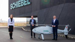 De izquierda a derecha Valerie Hackl (directora gerente de Austro Control), Hannes Hecher (presidente de Schiebel), y Magnus Brunner (secretario de Estado de Aviación de Austria) en la entrega del certificado.