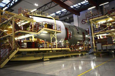 Instalación de la sección 19 del A380 (en blanco), producida en España, con al fuselaje trasero.