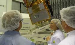 Gunn Schweickert explica a Josef Aschbacher las principales características del Sentinel-2B