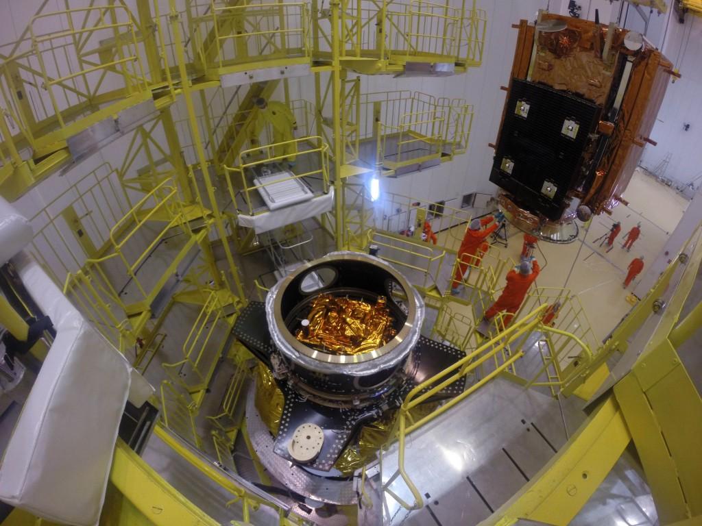 Instalación del Sentinel 1B en el módulo Fregat usado para su lanzamiento al espacio en un cohete Soyuz.