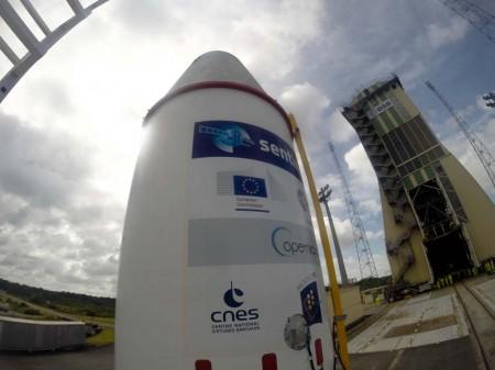 Antes del ensayo general del lanzamiento el Santonel 1B, ya en su cápsula de lanzamiento, ha sido colocado en lo alto del cohete Soyuz que lo llevará al espacio.