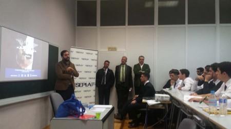 Eduardo Cadenas de Sepla se dirige a los alumnos de Aerotec en la presentación de la figura del asociado.