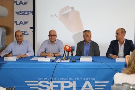 De izquierda a derecha, Javer Gómez Barrero, presidente de Sepla, Agustín Guzmán, del Departamento técnico de Sepla, Luis Vidarte, secretario técnico de USCA y y Jesús Martínez, secretario profesional de USCA en la rueda de prensa.