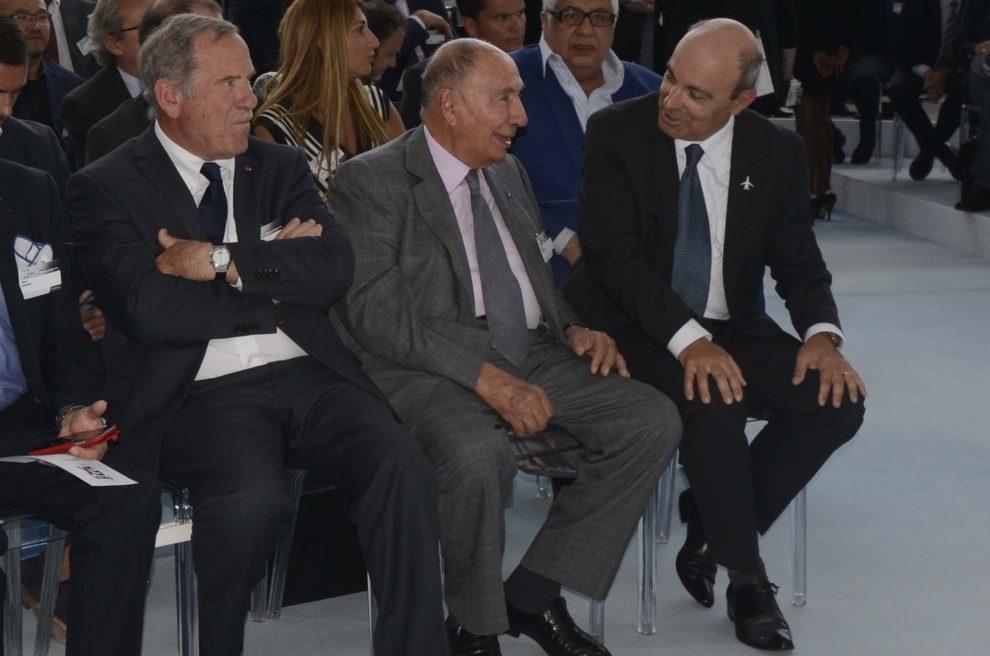 Serge Dassault, al centro, junto a Charles Edelstenne, su sucesor al frente de Dassault (a la izquierda) y Eric Trappier,( a la derecha), sucesor a su vez de Edelstenne, el 2 de junio de 2015 durante la presentación del Falcon 5X.