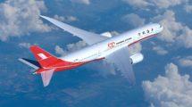 El primer Boeing 787 de Shanghai Airlines ha sido decorado con un 100 en su fuselaje para señalar que es el avión con el que la aerolínea ha llegado a esta cifra en su flota.