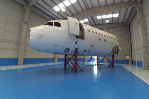 Academy ha instalado el fuselaje delantero del Airbus A320 EC-FDB sobre un soporte que sitúa las puertas a la altura real del avión respecto al suelo.