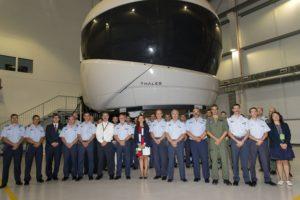 Foto de familia en la aceptación del simuladore del A400M en el Ala 31.