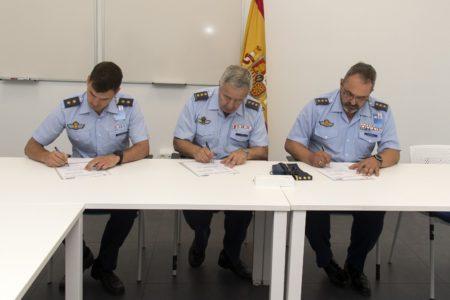 Firma de aceptación del simulador por  el coronel Julio Crego, coronel jefe del Programa A400M en la DGAM (al centro), y el coronel Melencio hernández Quiñones, jefe del Ala 31 (derecha).