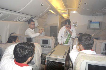TCP entrenando una descompresíón en vuelo en un simulador de cabina.