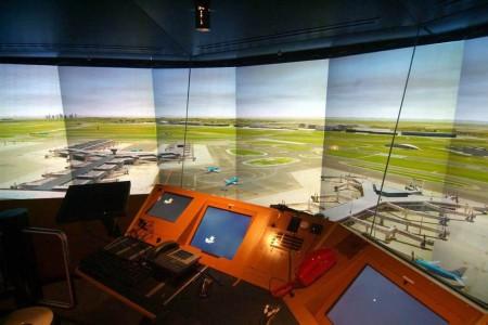 La enseñanza práctica de este curso de controlador para pilotos se efectuará en un simulador de torre similar a este de la torre del aeropuerto de Amsterdam Schiphol.