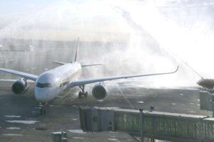 Arco de agua de bienvenida al primer Airbus A350 de Singapore Airlines en Barcelona el 3 de abril de 2017.