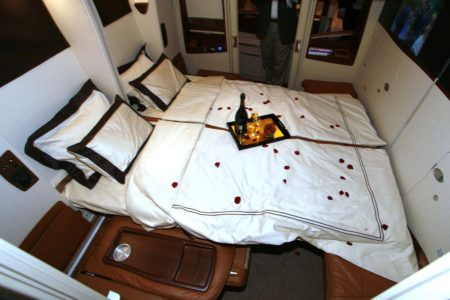 Singapore Airlines tiene cabinas que se pueden combinar en una cama doble.