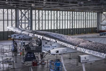 El Solar Impulse 2 en el hangar donde ha sido reparado tras su vuelo desde Japón.