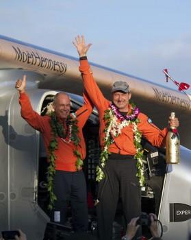 Bernard Picard y André Borschberg celebran la llegada a Hawaii del Solar Impulse 2 con el segundo de ellos a los mandos.