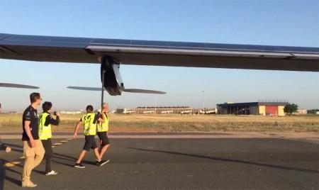 Traslado del Solar Impulse 2 hacia el hangar tras su aterrizaje en Sevilla.
