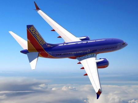 versión inicial del B-737 MAX 7, donde destaca que sólo contaba con una salida de emergencia sobre cada ala en lugar de las dos que ahora muestra en el dibujo con los colores de Kunming Airlines
