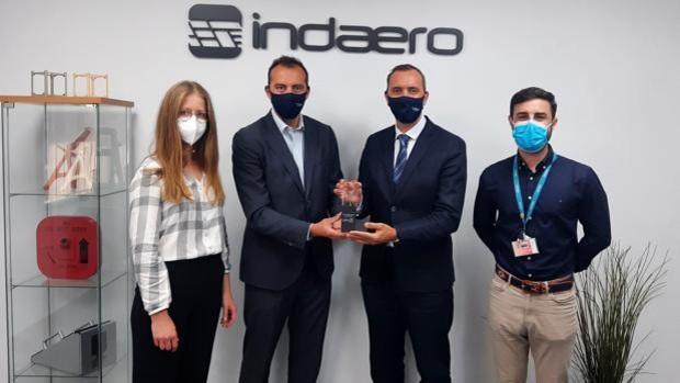 Maria Lourdes Gantes-Pedraza, directora de la Asociación Space Aero España con Darío González y Rubén Gonzalez de Indaero y Alejandro Martinez Regalado, desarrollador de proveedores de Airbus Defense & Space en la entrega del premio de la asociación.