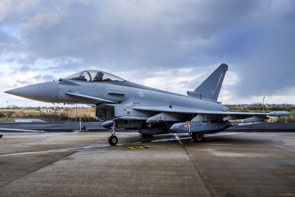 Eurofighter británico con dos Storm Shadow bajo las alas entre otros misiles.