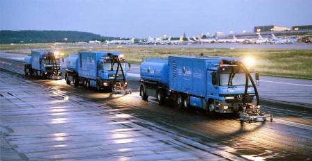 Strate limpia las pistas de los aeropuertos con agua a presión, evitando daños en el pavimento