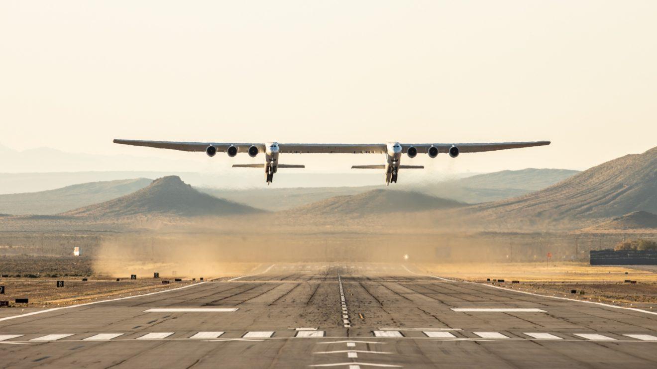 Despegue del Stratolaunch en su primer vuelo.