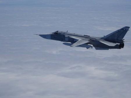 El Su-24 interceptado por los F/A-18 españoles sobre las aguas del mar Báltico.