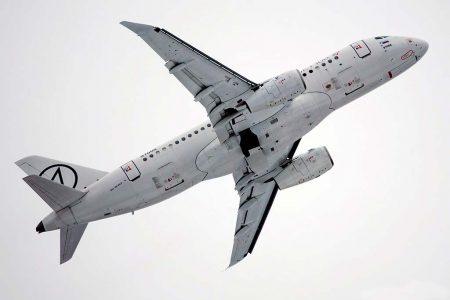 Despegue en su primer vuelo del SSJ100 equipado con las nuevas puntas alares.