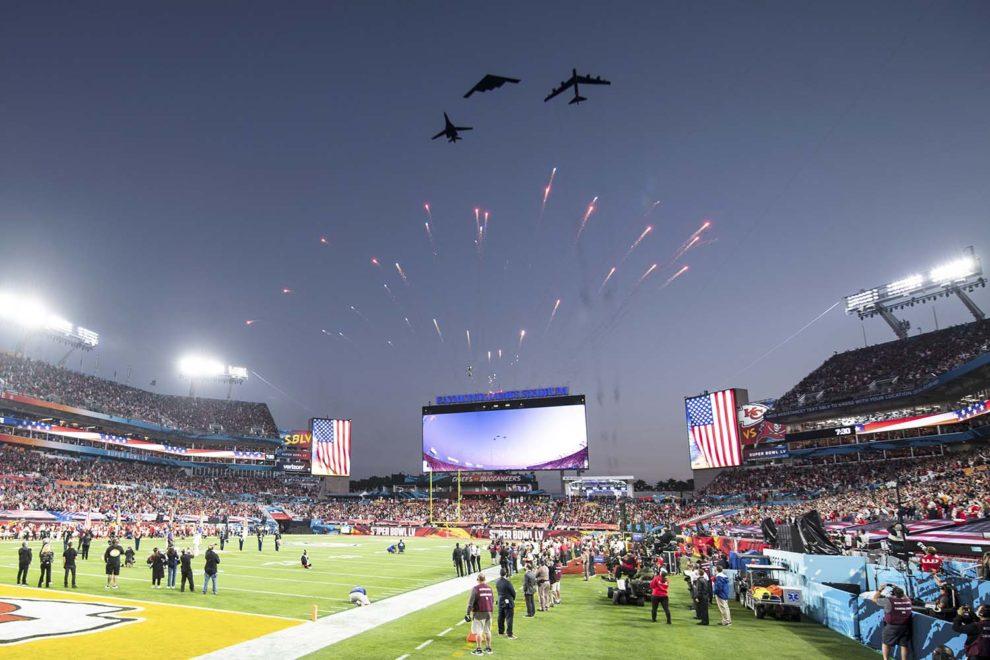 Un momento de la pasada por los tres bombarderos sobre el estadio donde se celebró la 55 Edición de la Superbowl