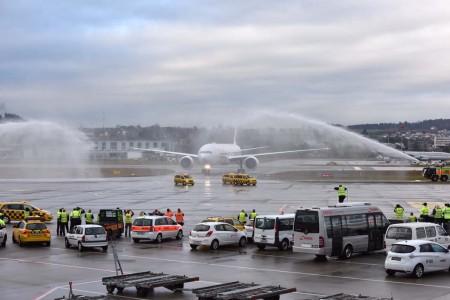 El Boeing 777 fue recibido en Zurich con el tradicional arco de agua.