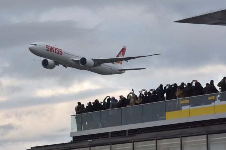 Pasada sobre el aeropuerto de Zurich y la terraza del mismo a la llegada.