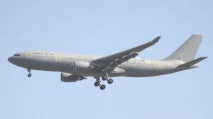 El primer A330 del Ejército del Aire español a su llegada a Madrid.. El adhesivo con su matrícula civil, EC-MIl, se ha medio despegado, y se puede ver debajo parte de su código militar, concretamente el indicativo de escuadrón 452.