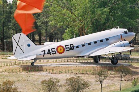El C-47 que se muestra en el seello del centenario se encuentra expuesto en Matacán con los colores militares que portó depués de los de Iberia.