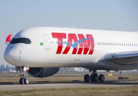 LATAM, matriz de TAM sigue sin desvelar como será la nueva imagen corporativa de su grupo de aerolíneas. El primer A350 de TAM luce los colores habituales de la compañía.