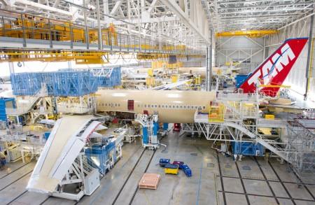 El primer Airbus A350 de TAM, msn 024,  en la cadena final de montaje.