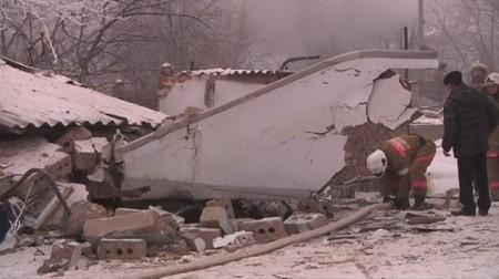 Winglet del B-747 TC-MNL entre los restos de las casas sobre las que ha caído el avión.