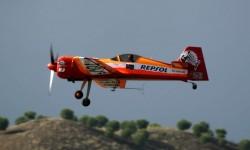 Castor Fantoba, nuevo campeón de Europa de vuelo acrobático, no pudo contar con la compañía de Juan Velarde con el que vuela en formación.