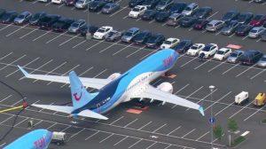 Dos Boeing 737 MAX de TUI almacenados en uno de los parkings para los coches de los empleados de Boeing en Boeing Field.