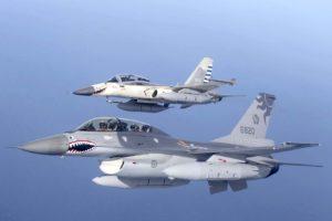 Un F-16 de la Fuerza Aérea de Taiwan en formación con un F-CK-1 de la misma.