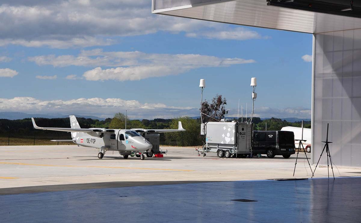 El Tecnam P-2006 T Targus junto a la estación de tierra en el aeródromode Rozas (Lugo).