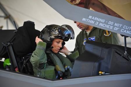 La teniente coronel Mau colocándose su casco antes de su primer vuelo real en el F-35A.