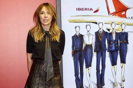 Teresa Helbig junto a sus diseños