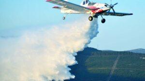 Avión Thrush 710P de Plysa durante una descarga de agua.