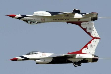 El Thunderbird 6, el avión accidentado en una pasada en espejo con el Thunderbird 5.