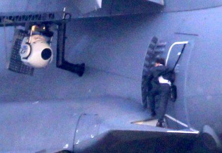 Rodaje de una escena de la película Mision Imposible: Nación secreta, con Tom Cruise haciendo uso del escudo deflector y la plataforma de salto para los paracaidistas en el A400M.