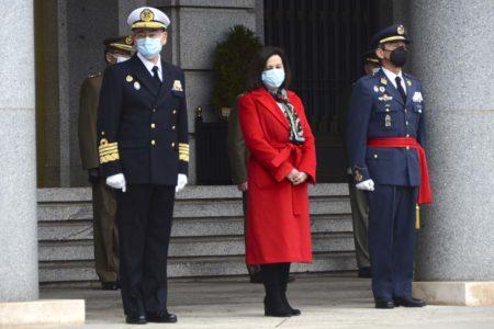 La ministra de Defensa acompañada por el, ya en ese momento, nuevo JEMAD y el anterior.